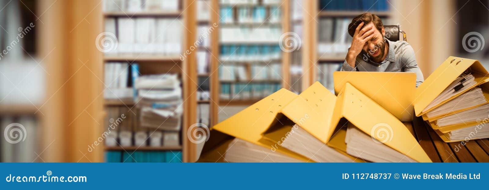 Złożony wizerunek sfrustowany biznesmen siedzi przy stołem z kartotekami
