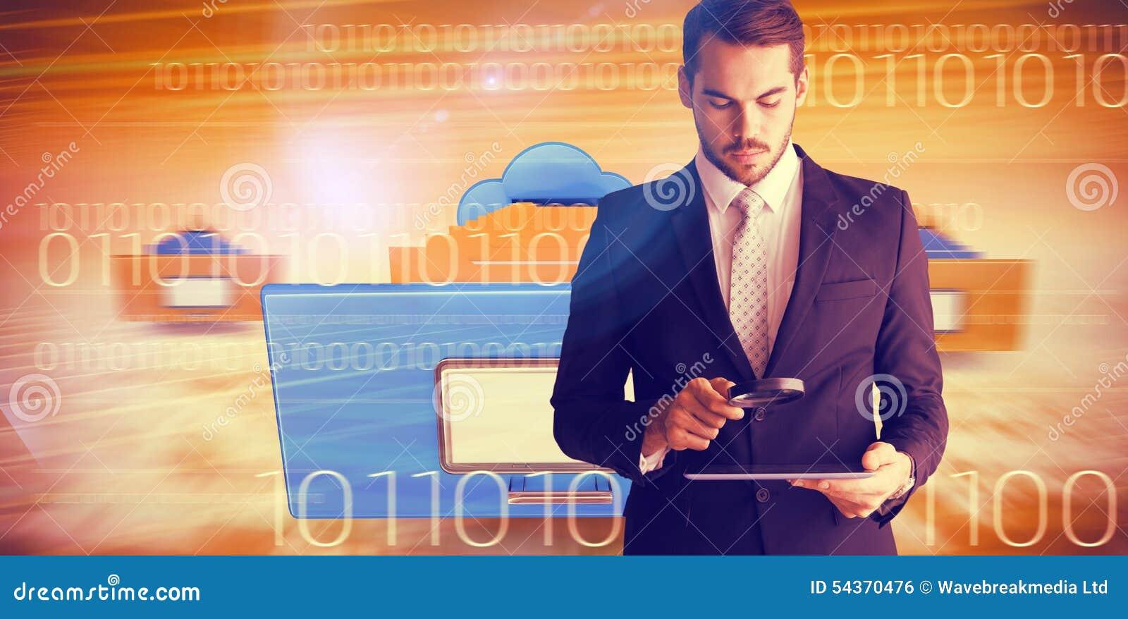 Złożony wizerunek skoncentrowany biznesmen używa powiększać - szkło