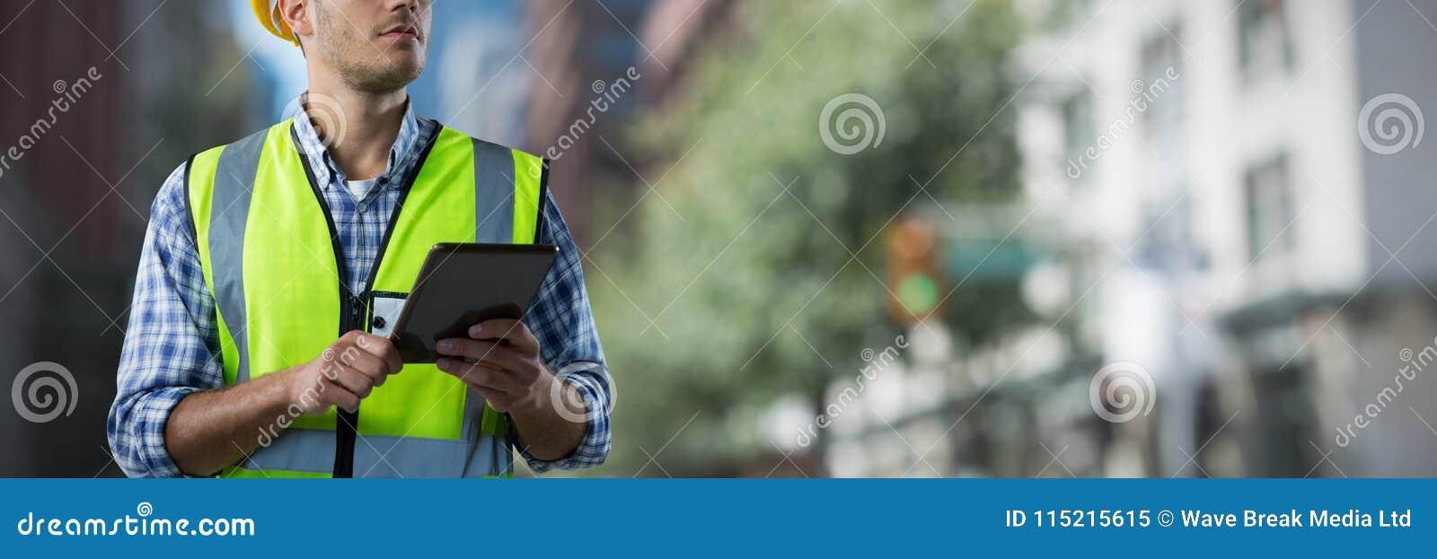 Złożony wizerunek skoncentrowany pracownik budowlany z pastylką