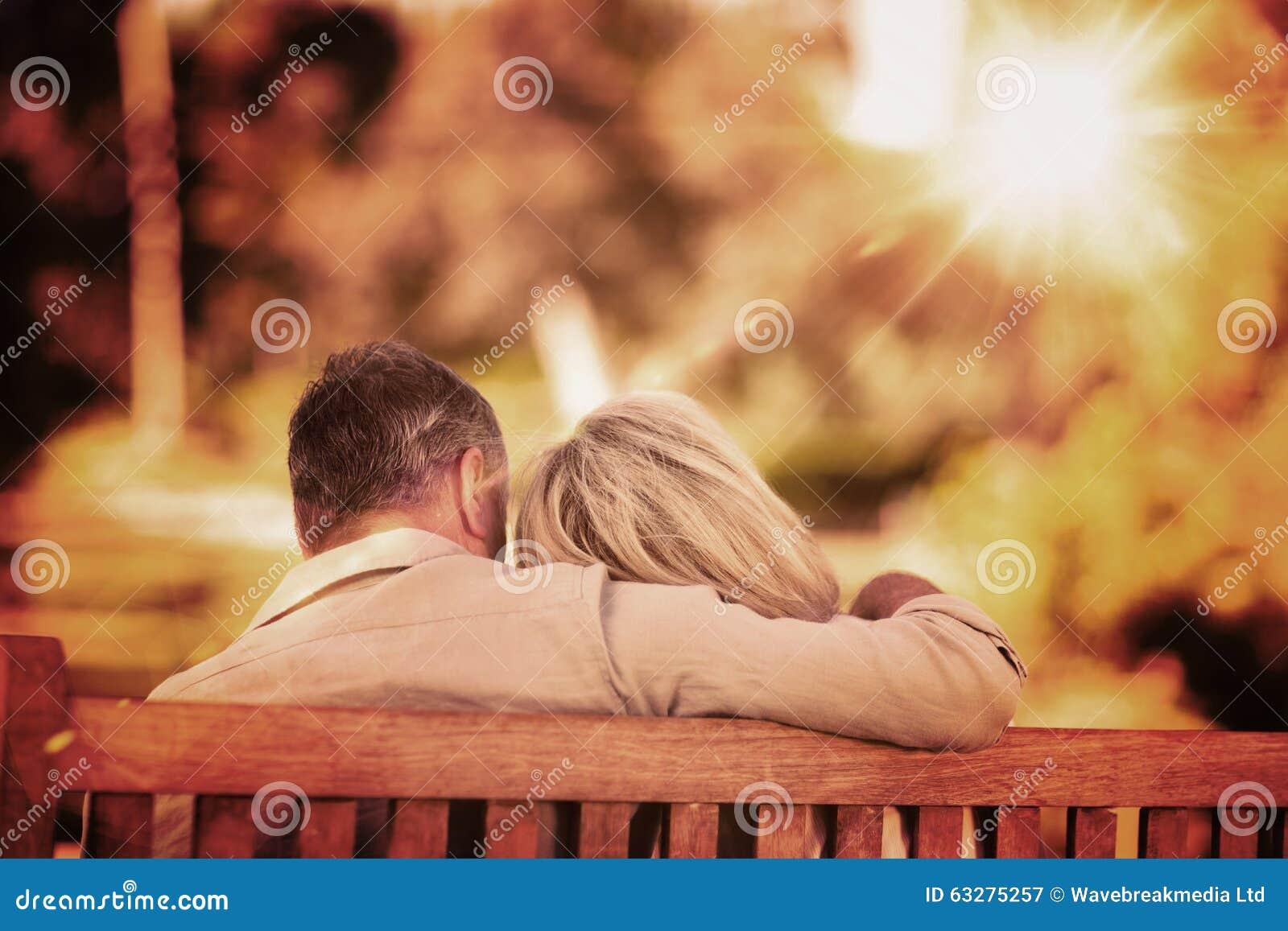 Złożony wizerunek starsze osoby dobiera się obsiadanie na ławce z ich plecy kamera