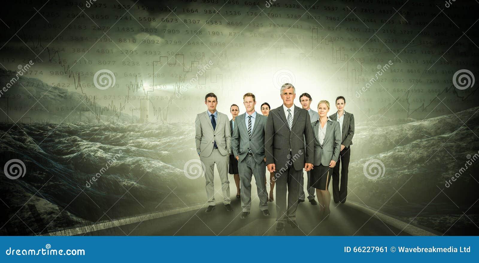Złożony wizerunek uśmiechnięta biznes drużyna patrzeje kamerę