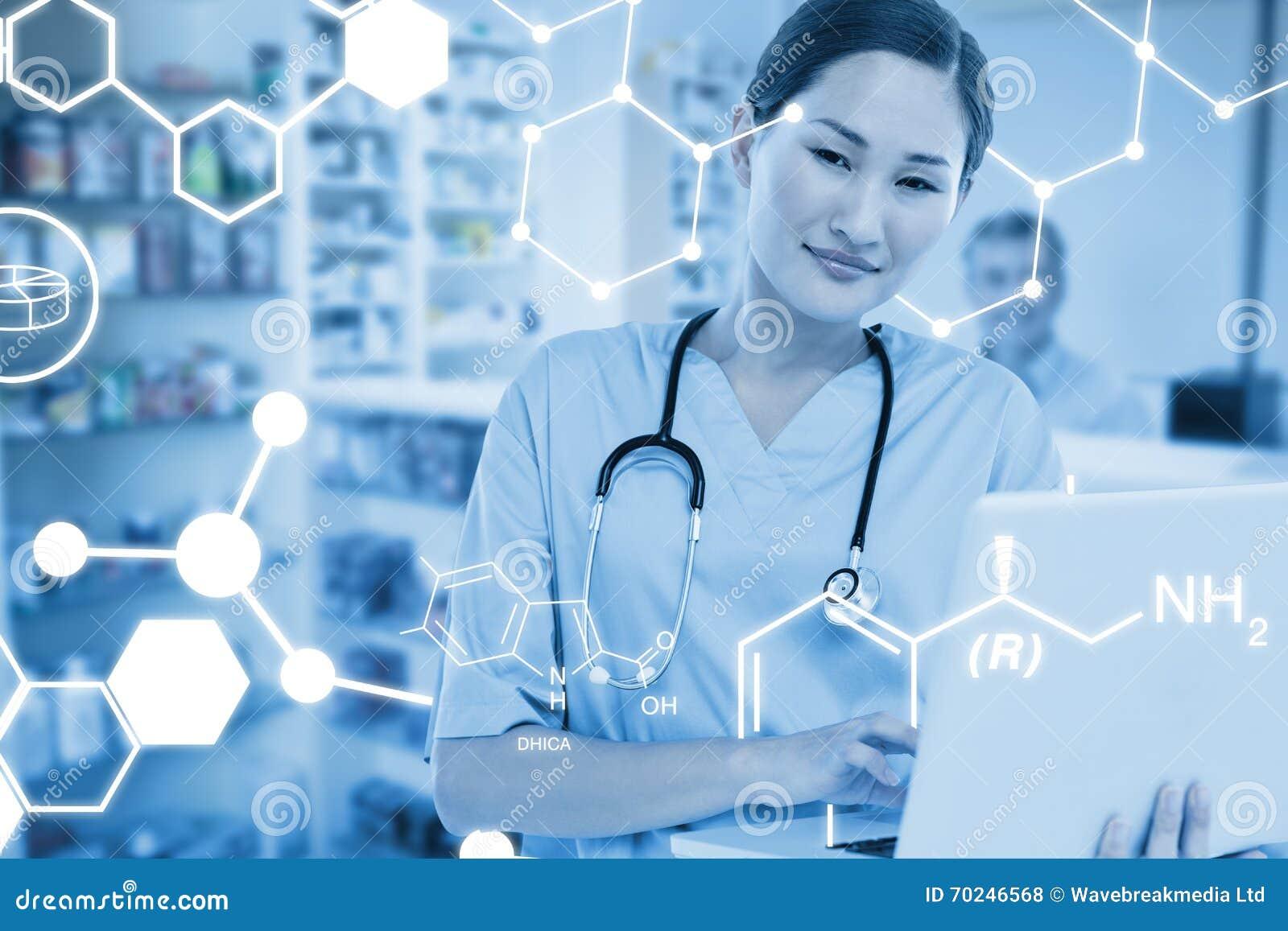 Złożony wizerunek uśmiechnięty żeński chirurg używa laptop