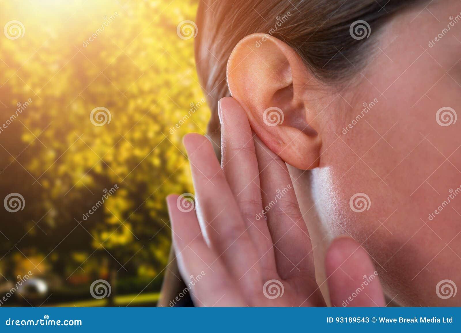 Złożony wizerunek zakończenie up bizneswoman próbuje słuchać