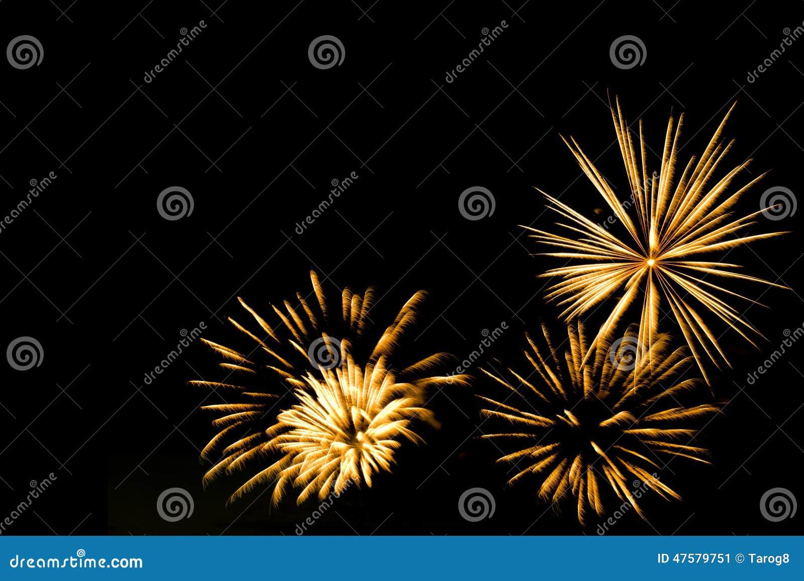 Złoci fajerwerki graniczą na czarnym nieba tle
