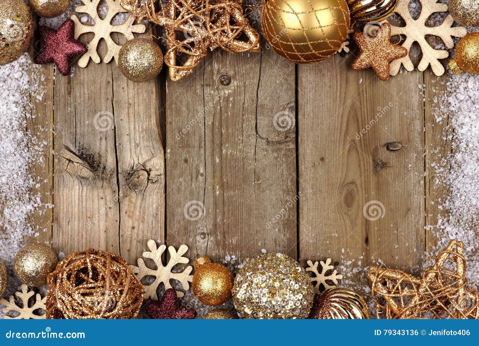 Złocista boże narodzenie ornamentu kopii granica z śnieg ramą na drewnie