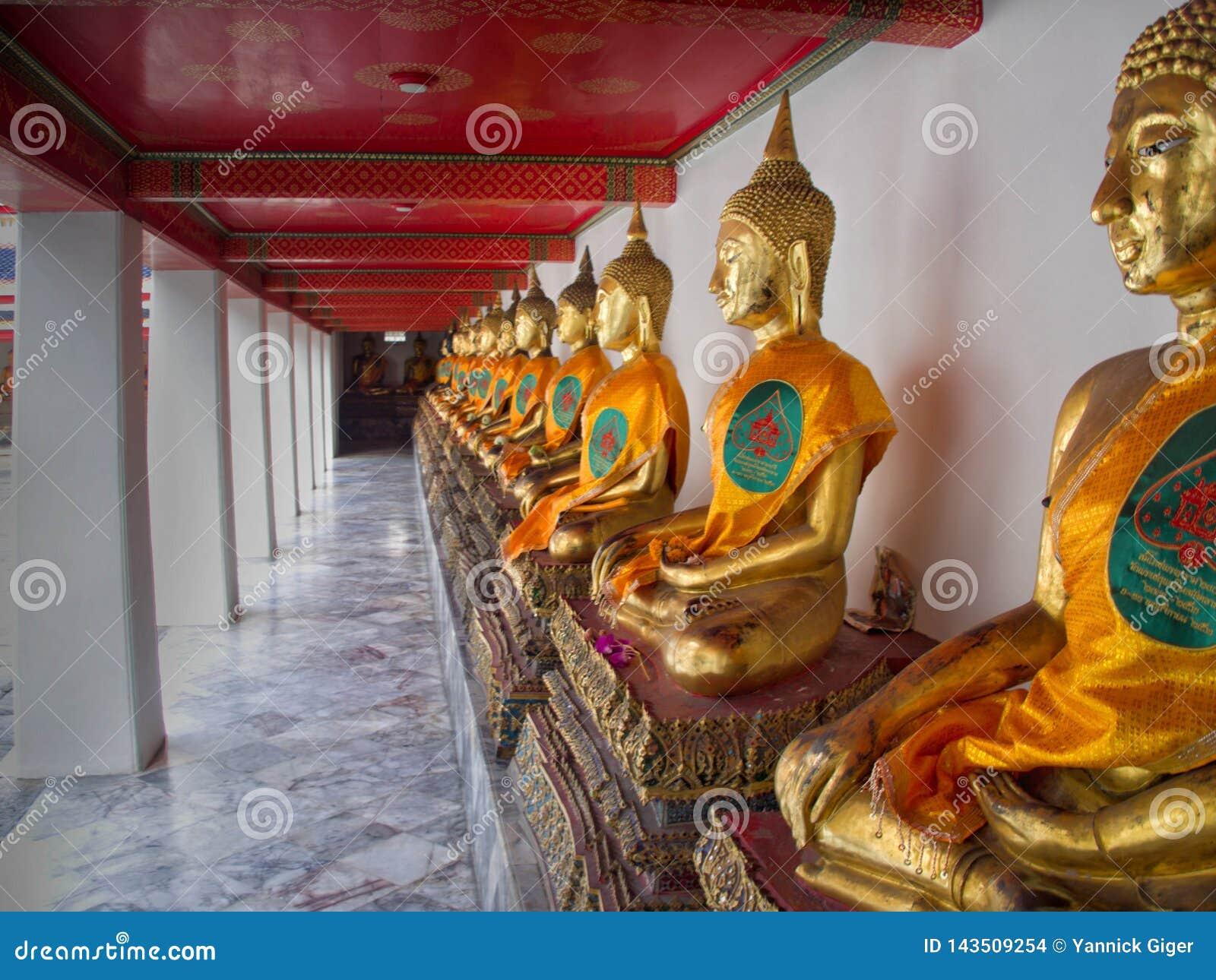 Złocista Buddha statua w Wata Pho świątyni w Bangkok, Tajlandia