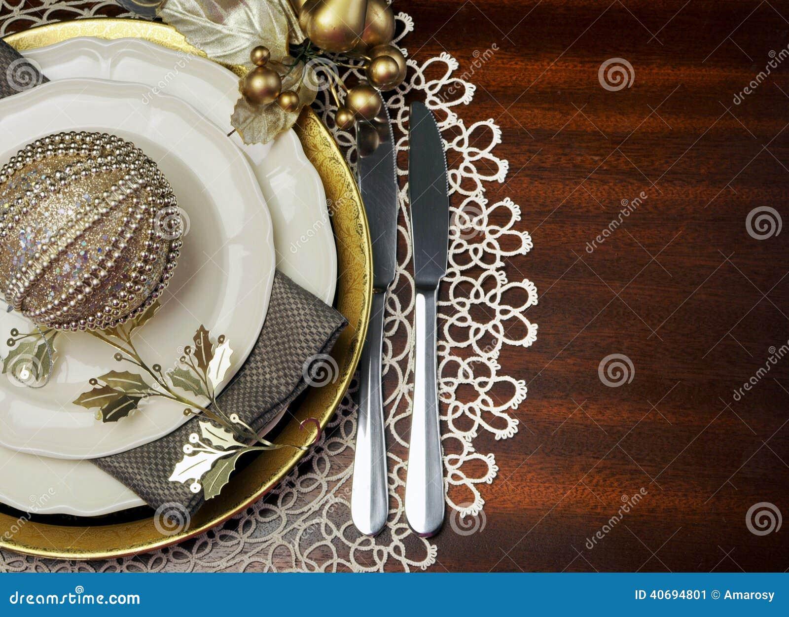Złocistego kruszcowego tematu obiadowego stołu miejsca Bożenarodzeniowy formalny położenie z kopii przestrzenią