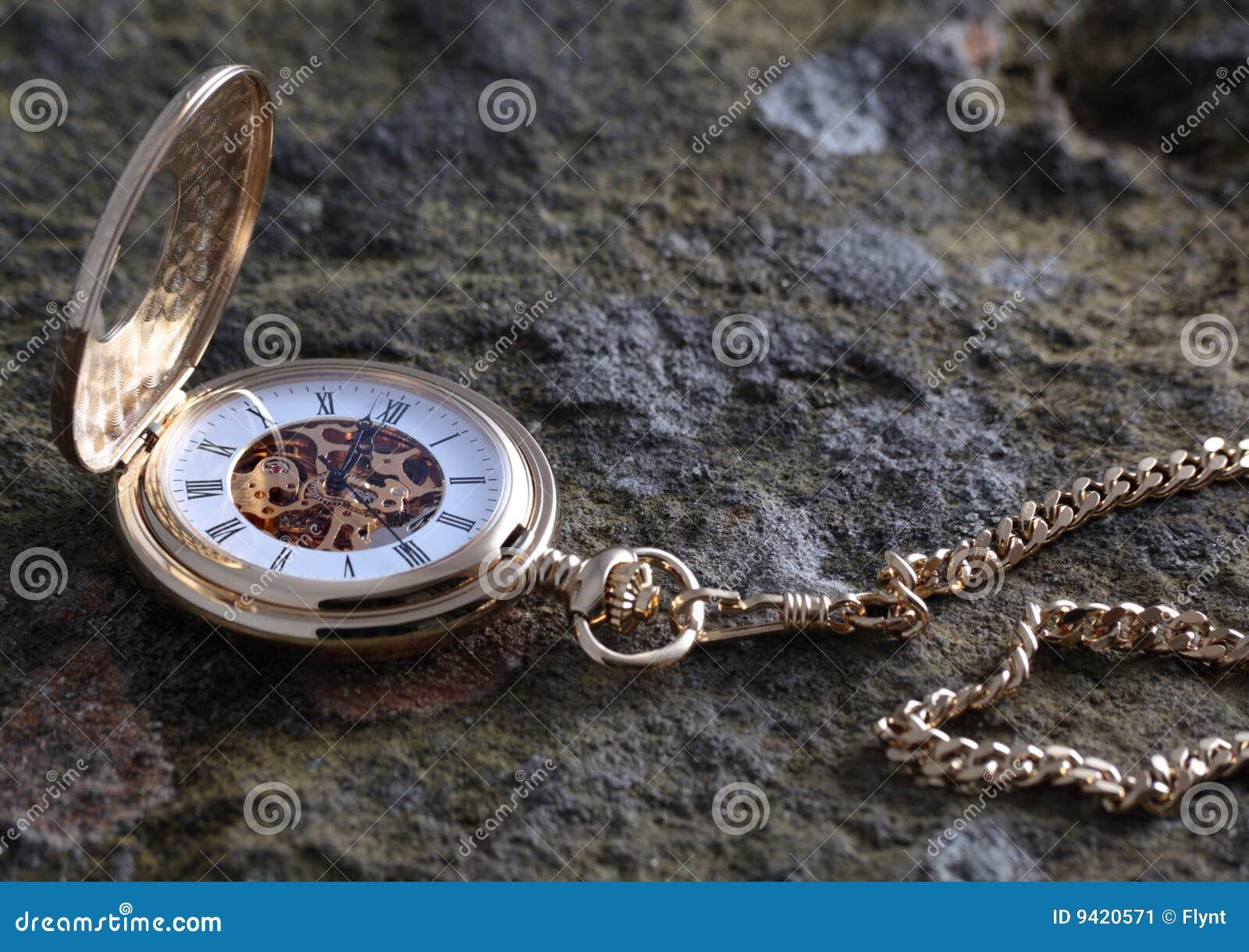 Złocisty kieszeniowy zegarek