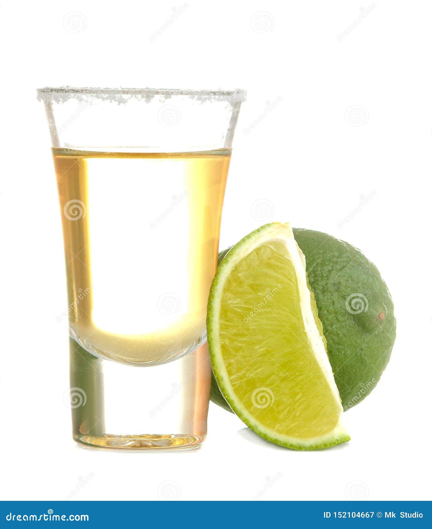 Złocisty tequila w szkle z solą i wapnem na białym odosobnionym tle napoje alkoholowe Zako?czenie