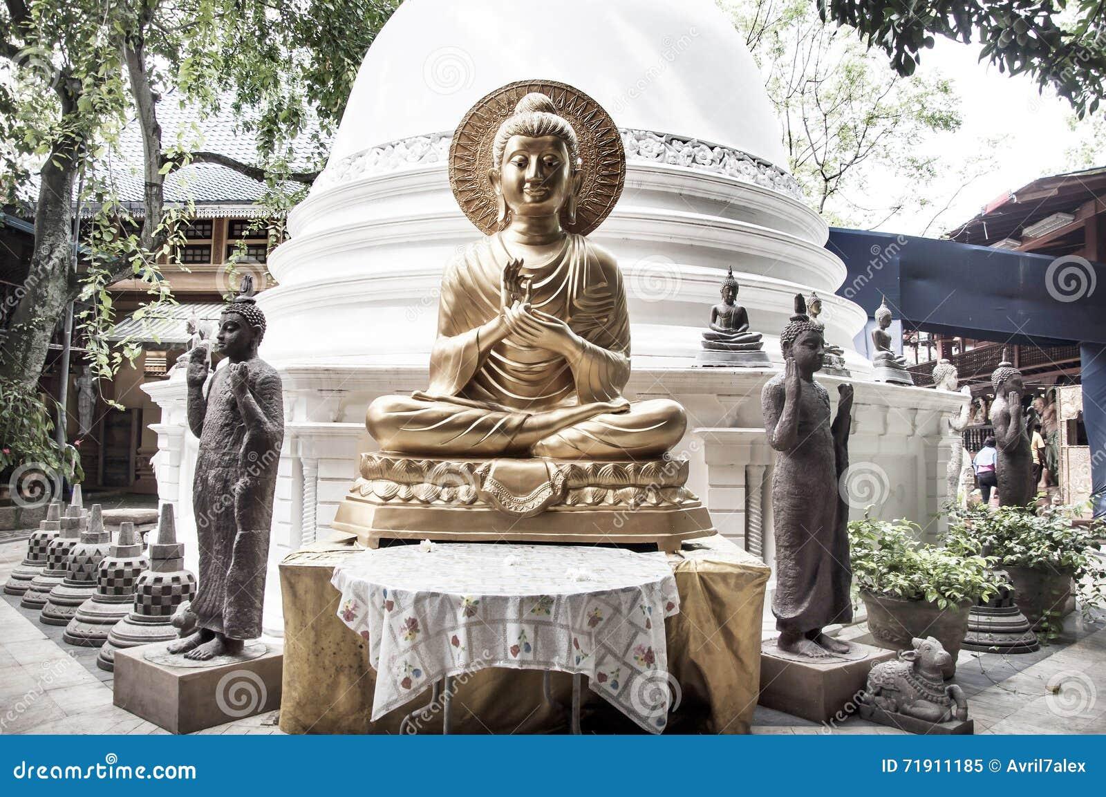 ZŁOTA BUDDHA statua W SIR LANKA ŚWIĄTYNIA