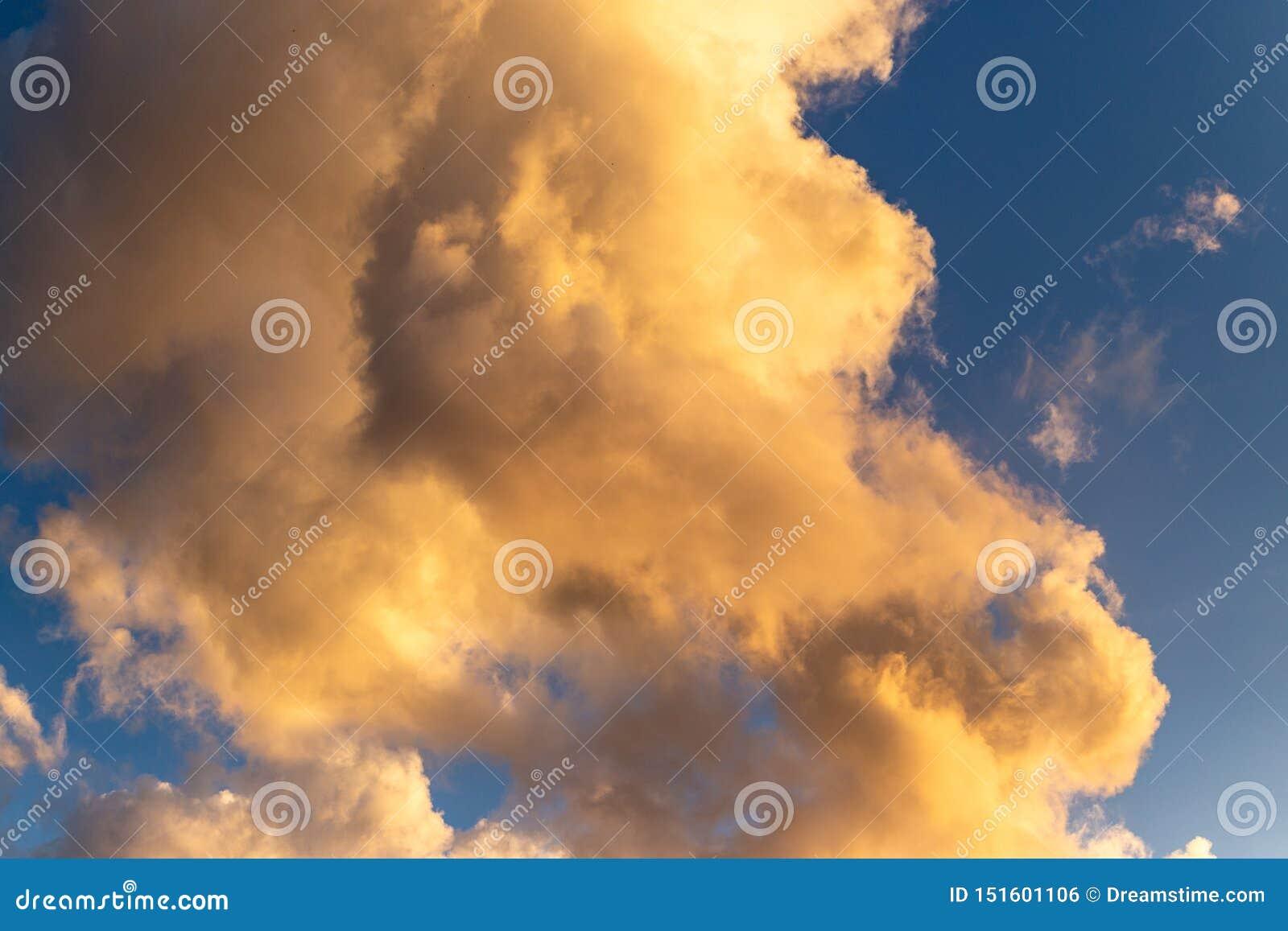 Złota godzina chmurnieje z głębokim błękitnym tłem