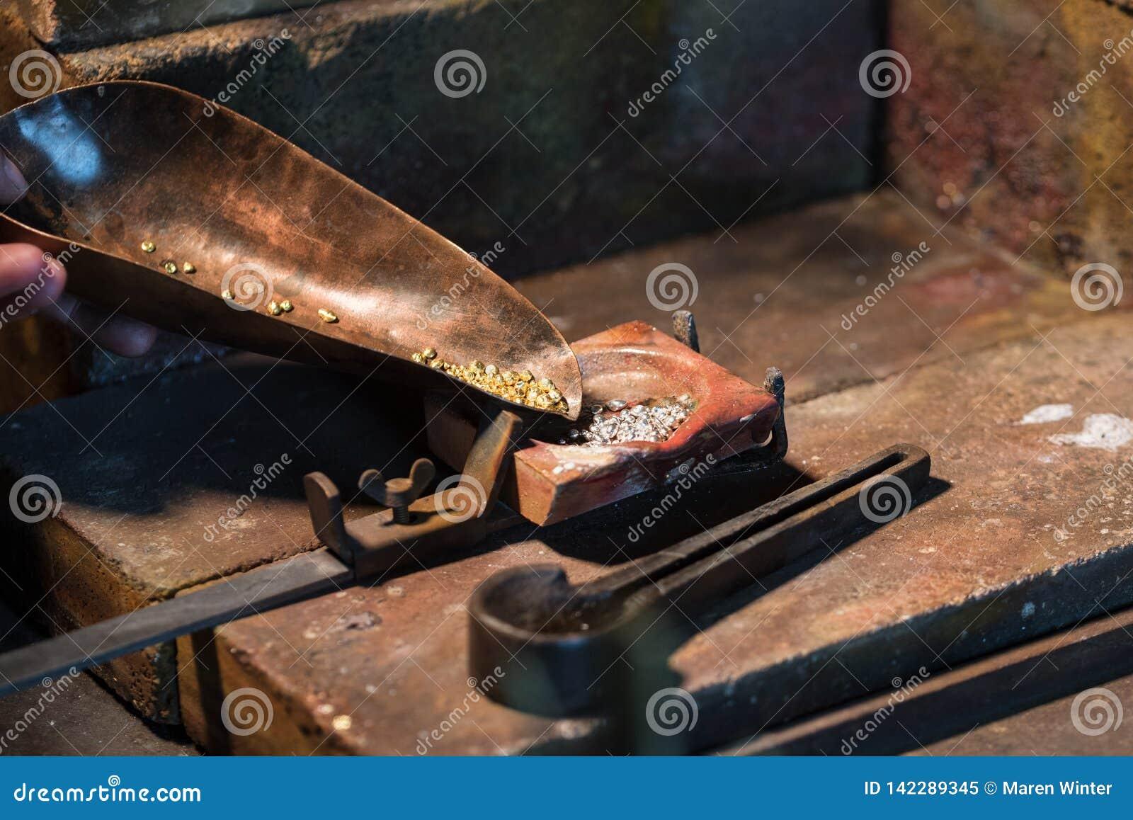 Złota i srebra granule w tyglu dla topić aliaż, biżuterii narzędzia w złotnik miejsce pracy, kopii przestrzeń