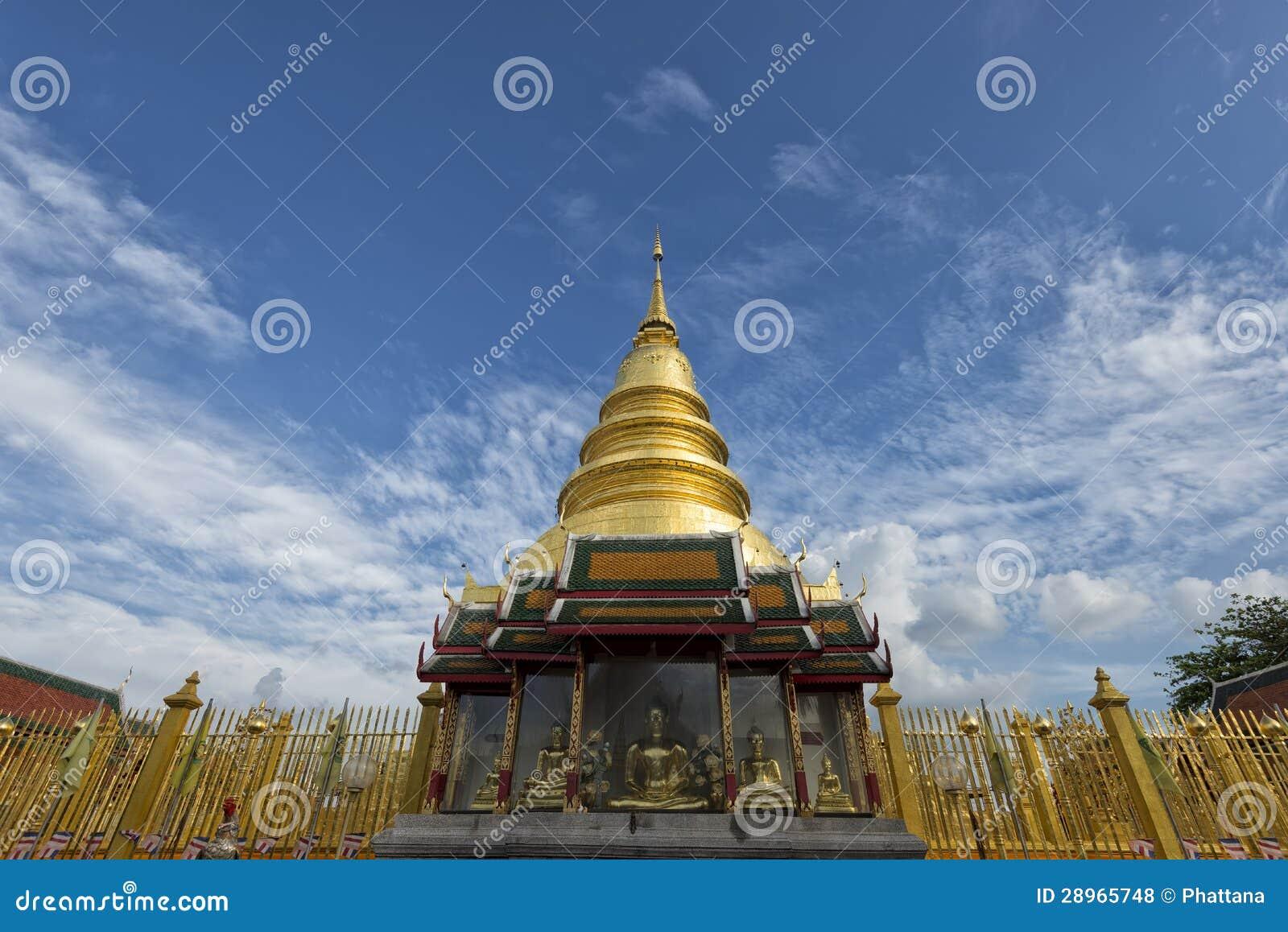Złota pagoda przy Watem Phra Który Hariphunchai, Lamphun prowincja, Tajlandia