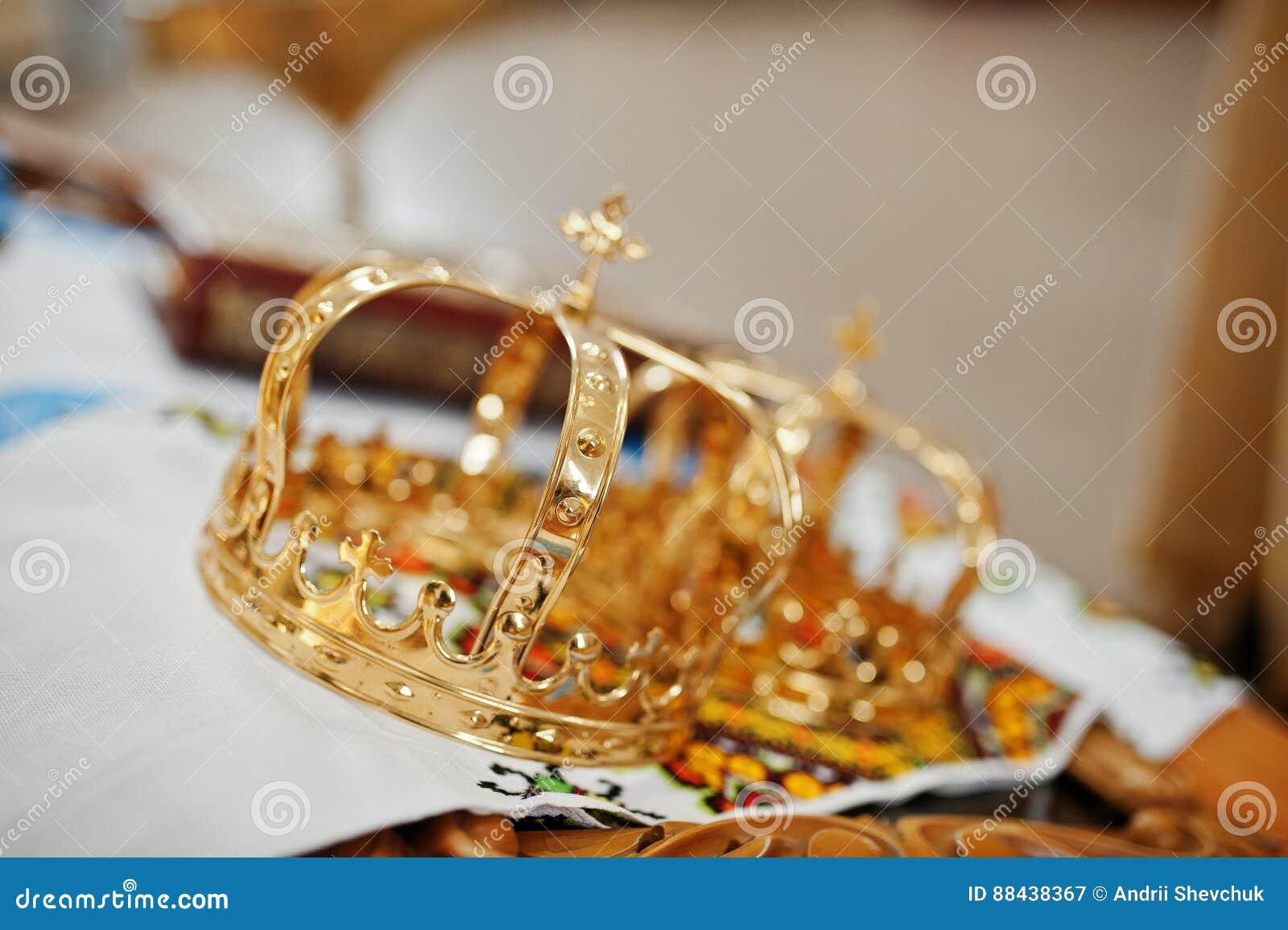 Złotego ślubu korony przy kościelną ceremonią