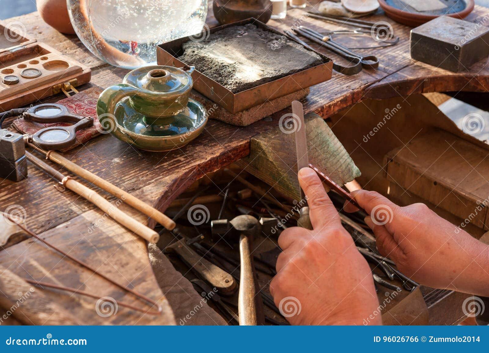 Złotnik pracuje na jego ławce, używać kartotekę