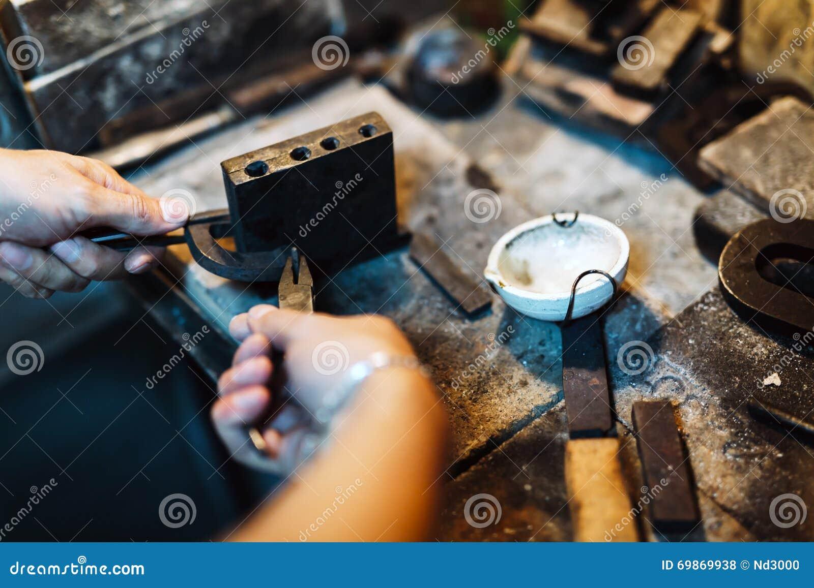 Złotnik wykonuje ręcznie klejnoty