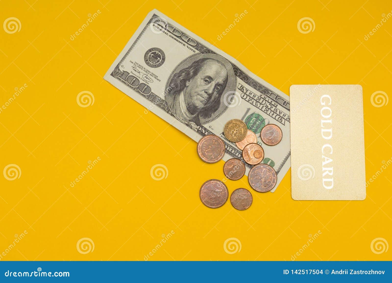 Złoto karta i 100 dolarów na żółtym tle