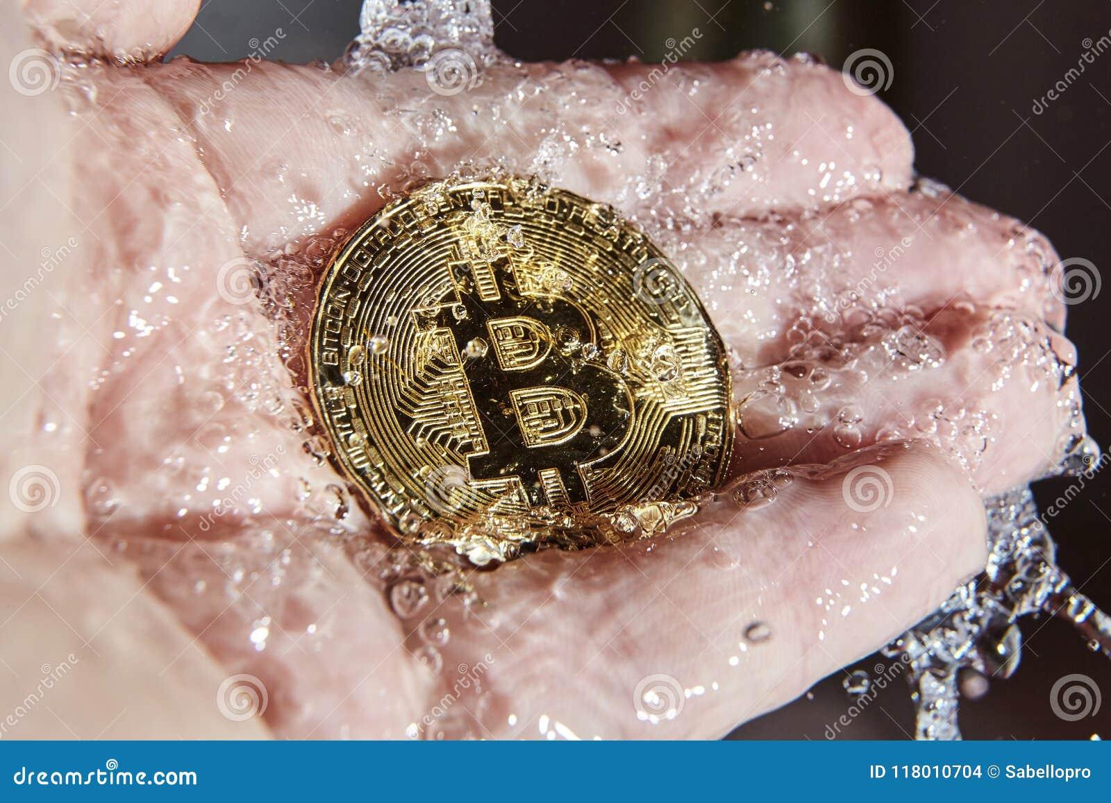 Złoty bitcoin w palmie ręka euro do czyszczenia pierze forsę do mycia