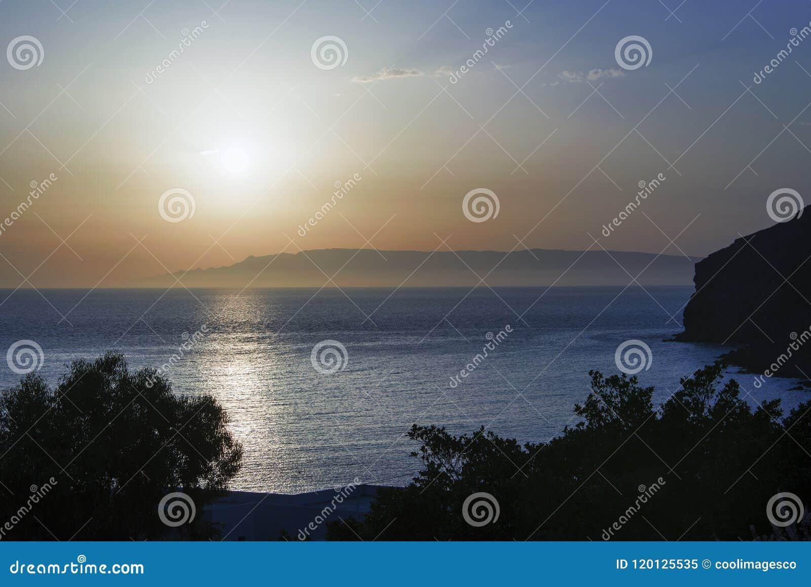 Złoty godzina zmierzch w magicznej wyspie Patmos i horyzont w lato czasie, Grecja nad seascape