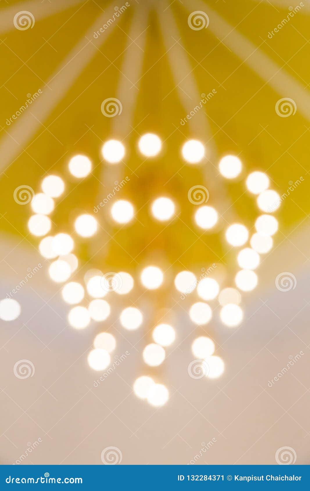 Złoty lekki bokeh wizerunek tworzący miękką częścią i plama projektujemy dla tła, tapety i tła,