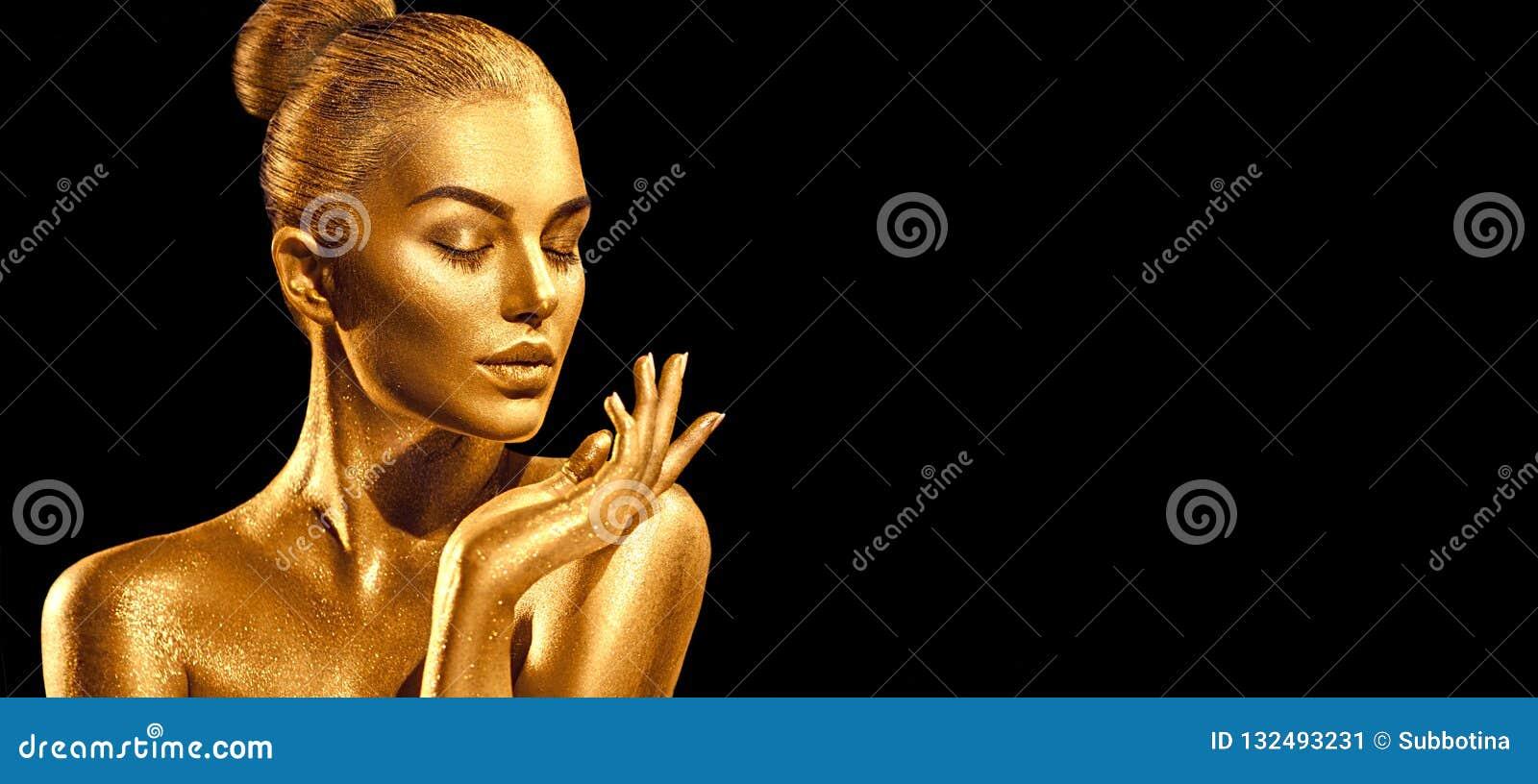 Złoty skóry kobiety portreta zbliżenie Seksowna wzorcowa dziewczyna z wakacyjnym złotym błyszczącym fachowym makeup Kruszcowy cia