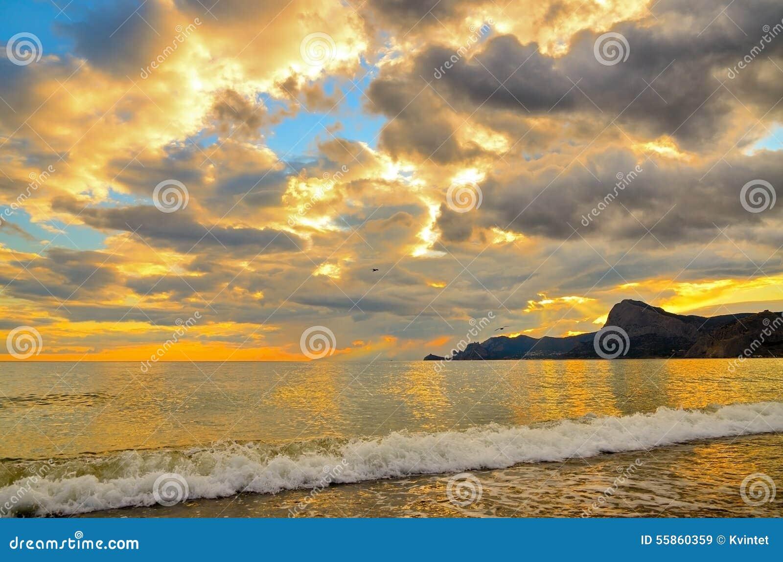 Złoty zmierzch na Czarnym dennym wybrzeżu w Crimea, morze fala