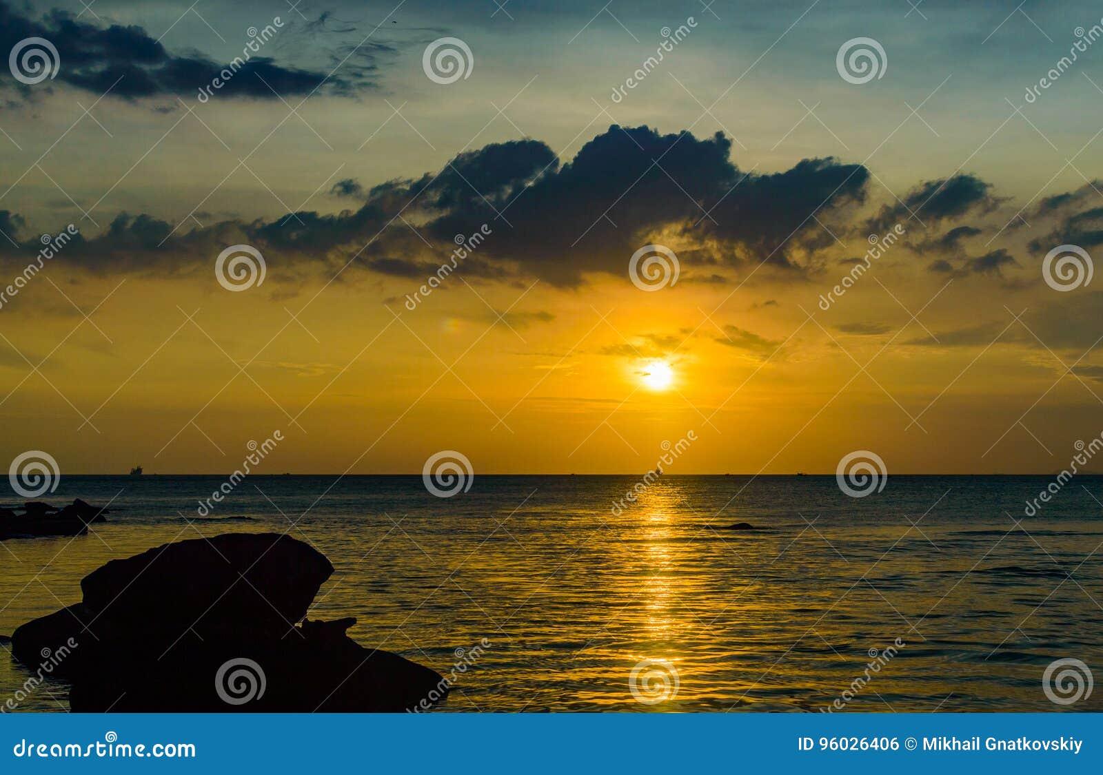 Złoty zmierzch nad morzem, Sihanoukville, Kambodża