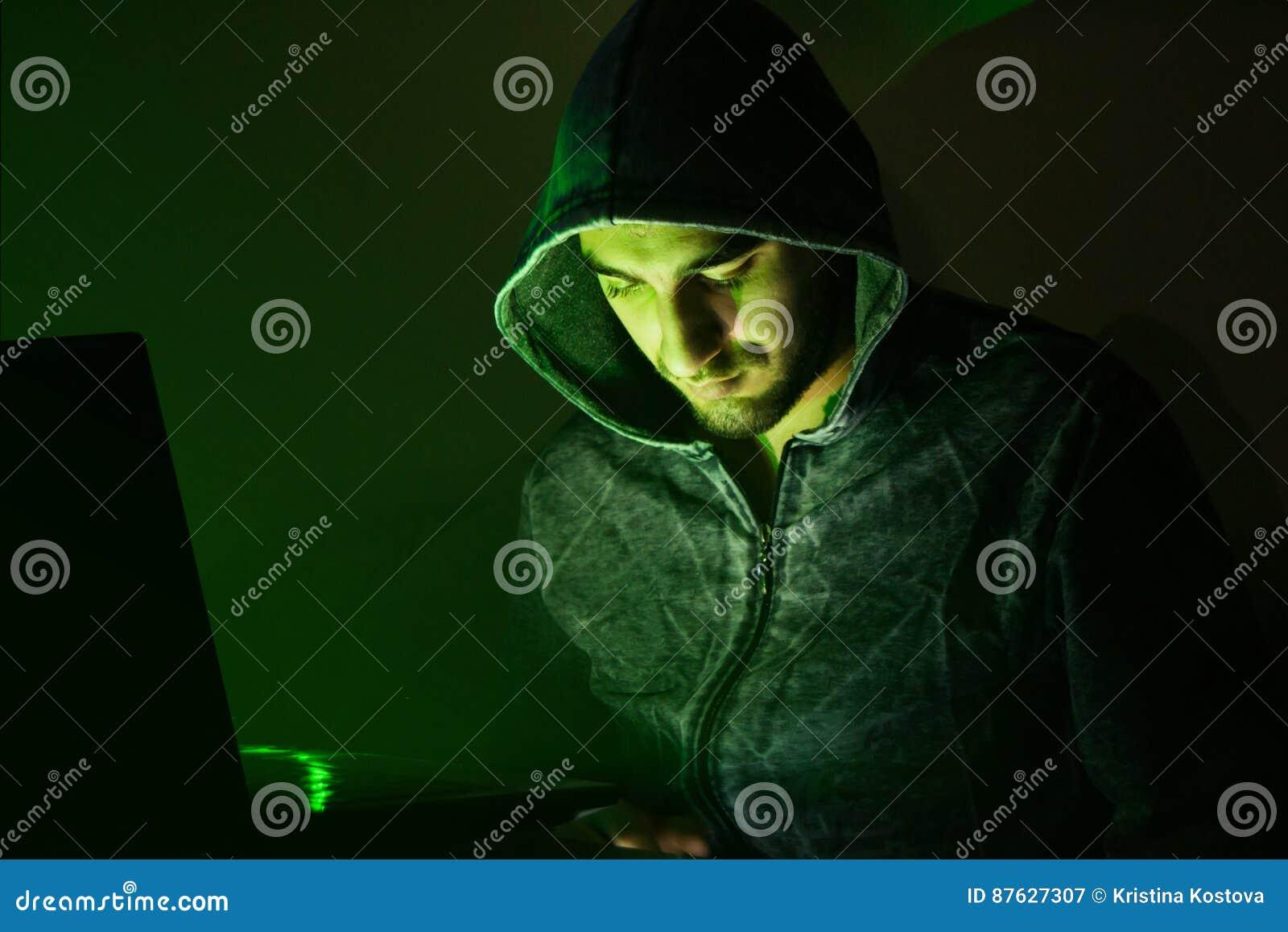 Zły hacker próbuje przekrętów ludzie online