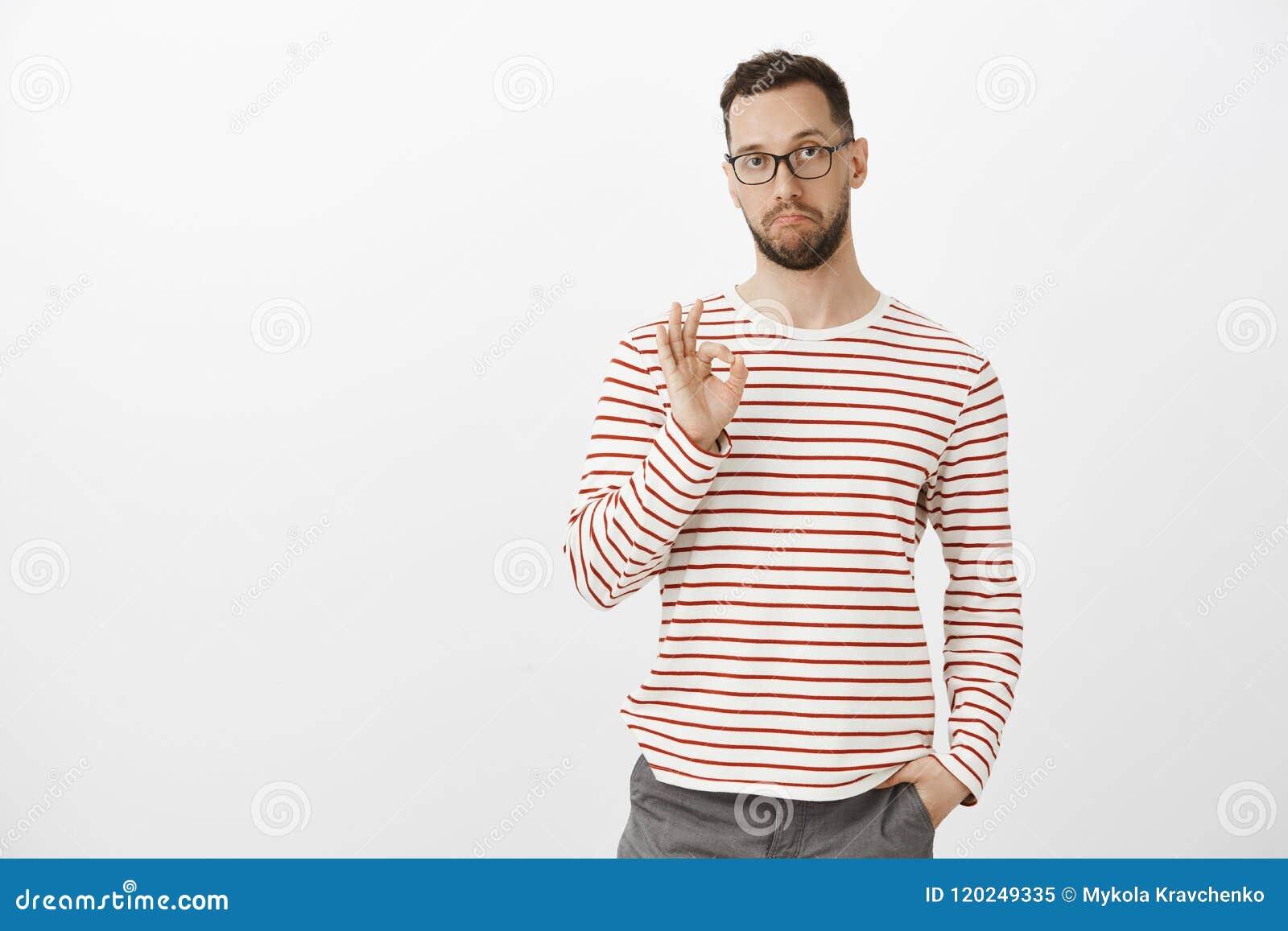 Zły, jak twój pomysł, dobra praca Zadowolony imponujący atrakcyjny dojrzały facet w szkłach i paskujących ubraniach pokazuje ok,