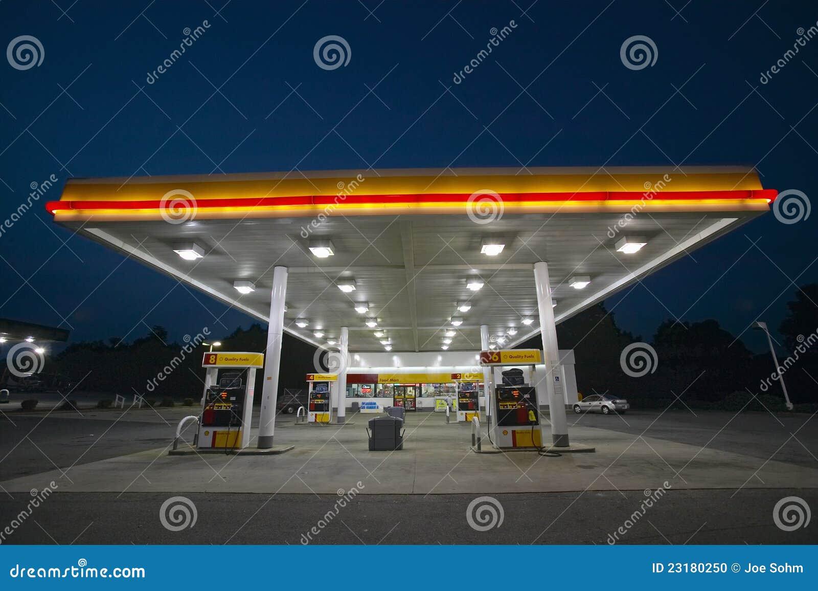 Z światłami benzynowa Stacja