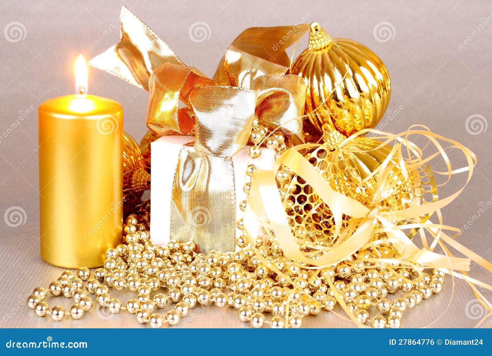 Z świeczkami złota Bożenarodzeniowa dekoracja