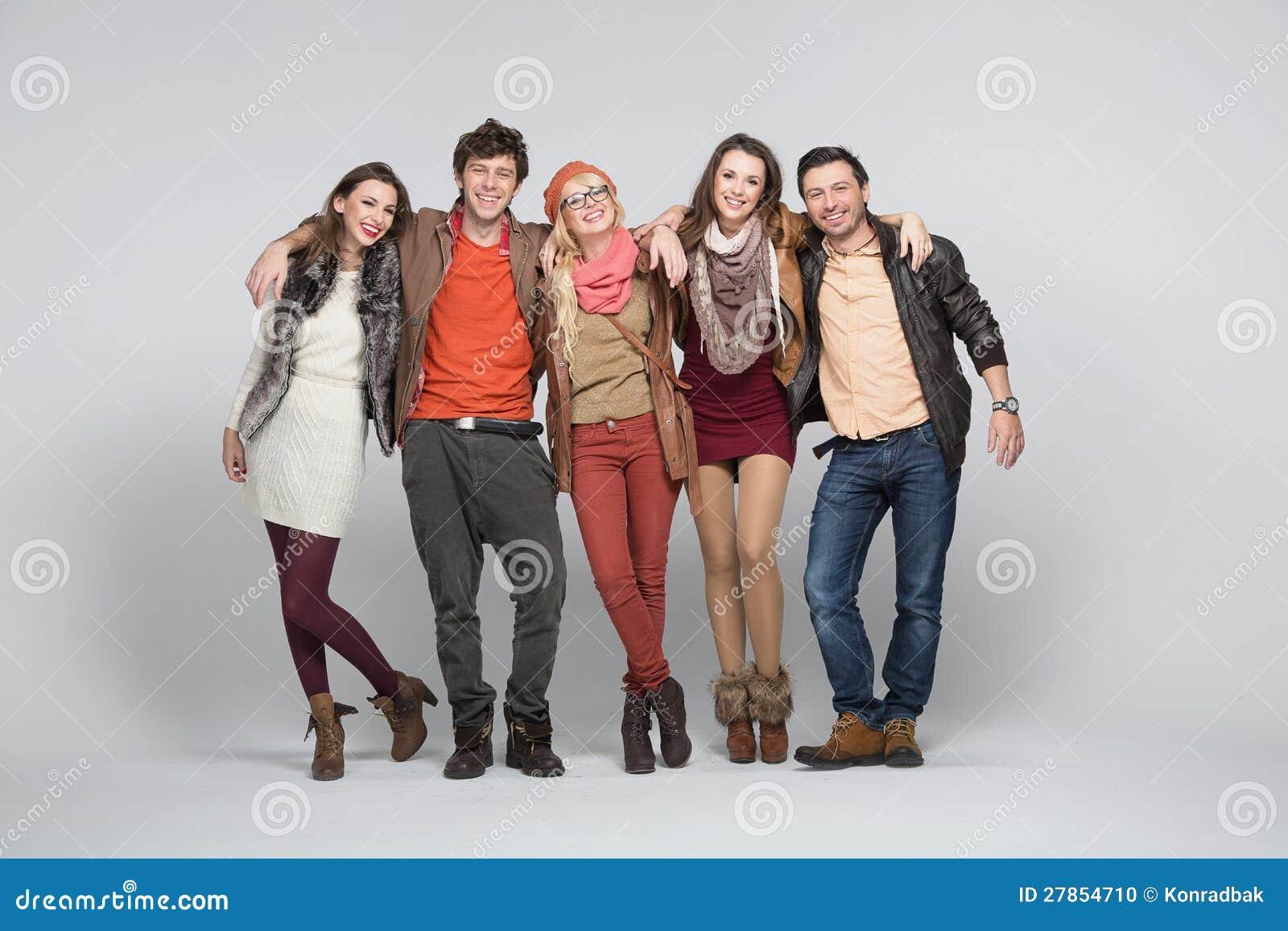 Z biały bacground uśmiechnięci młodzi ludzie