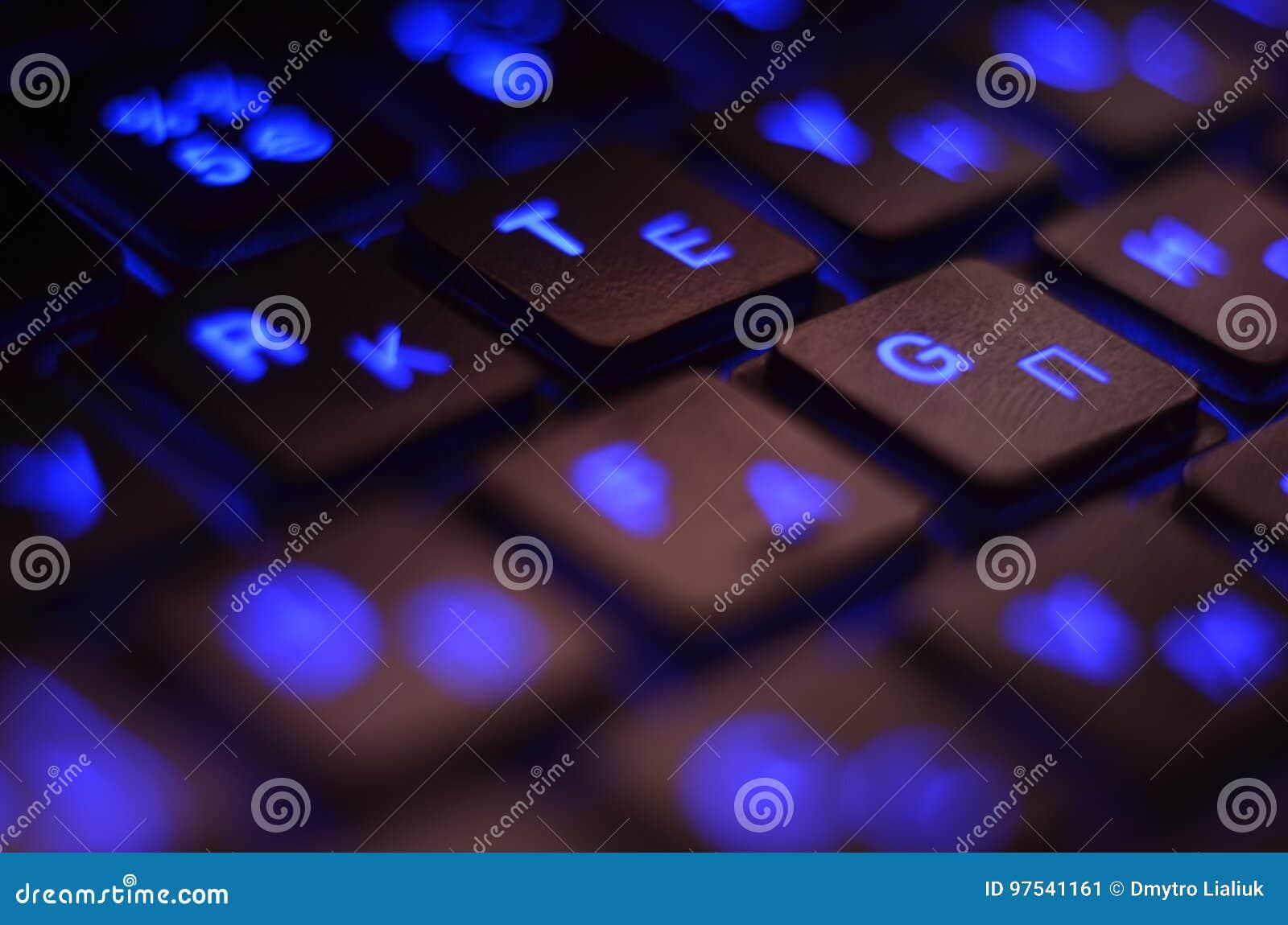 Z bliska Błękitny backlight, backlit na laptopie lub keyborad komputerze hazard w zmroku Komputerowa laptop klawiatura z Błękitny