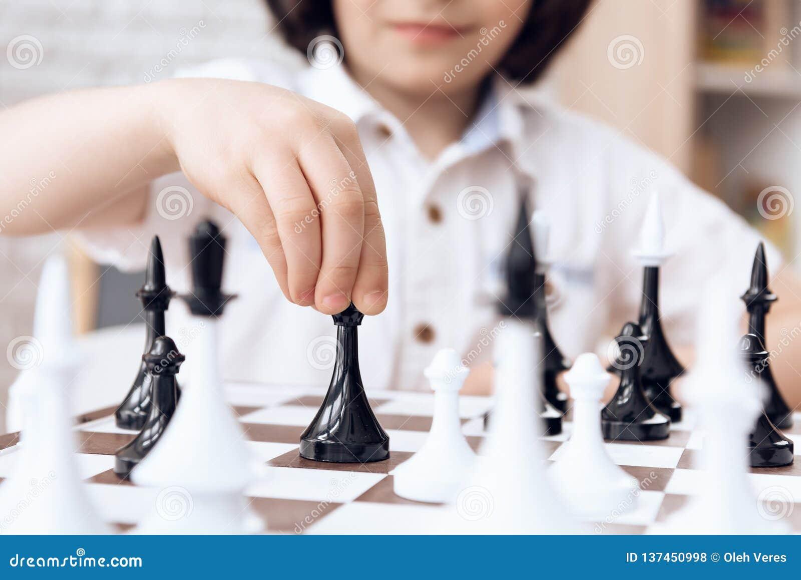 Z bliska Mądrze chłopiec ruch biskupem Gra szachy