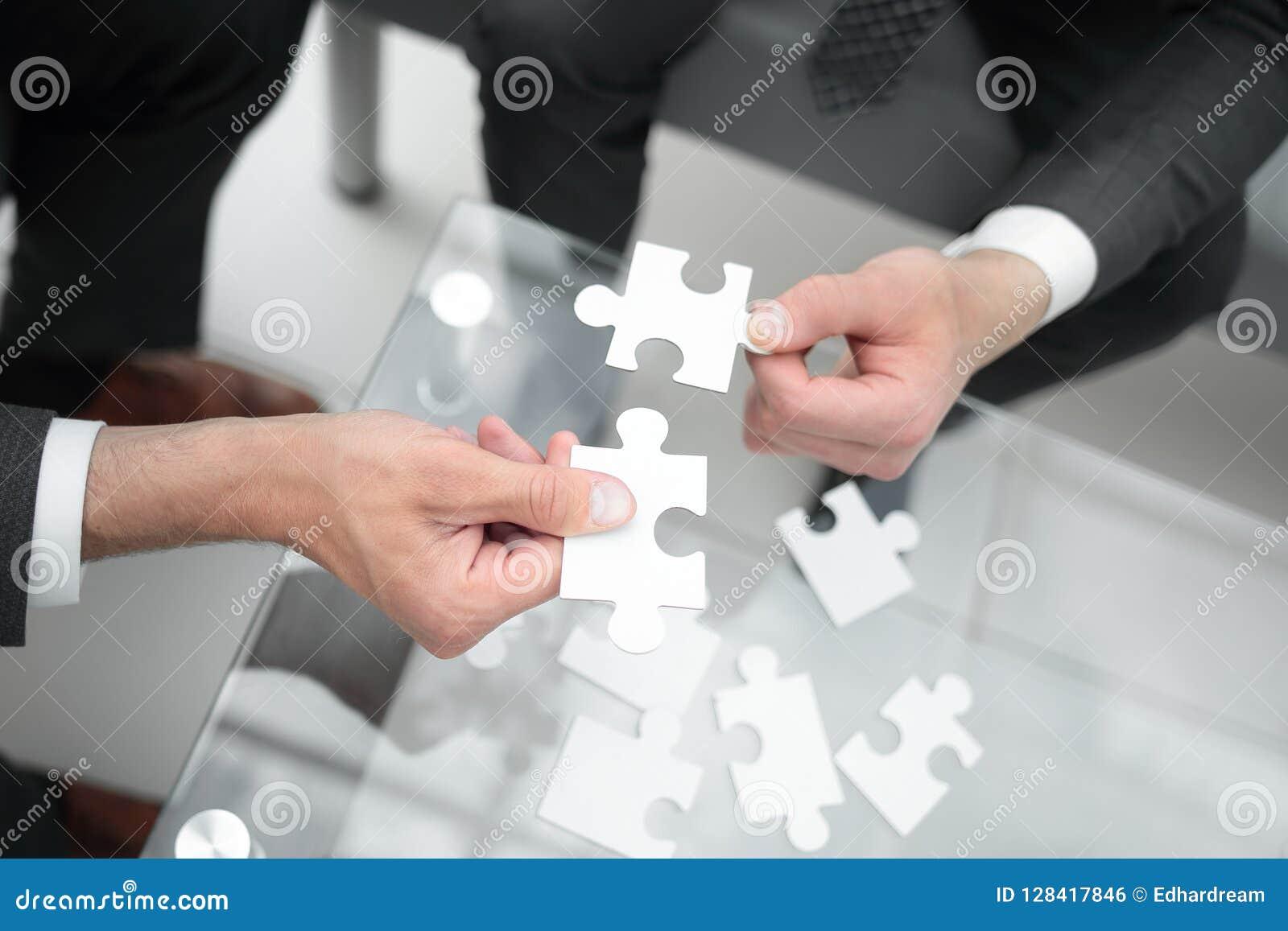 Z bliska partnery biznesowi trzymają łamigłówka kawałki
