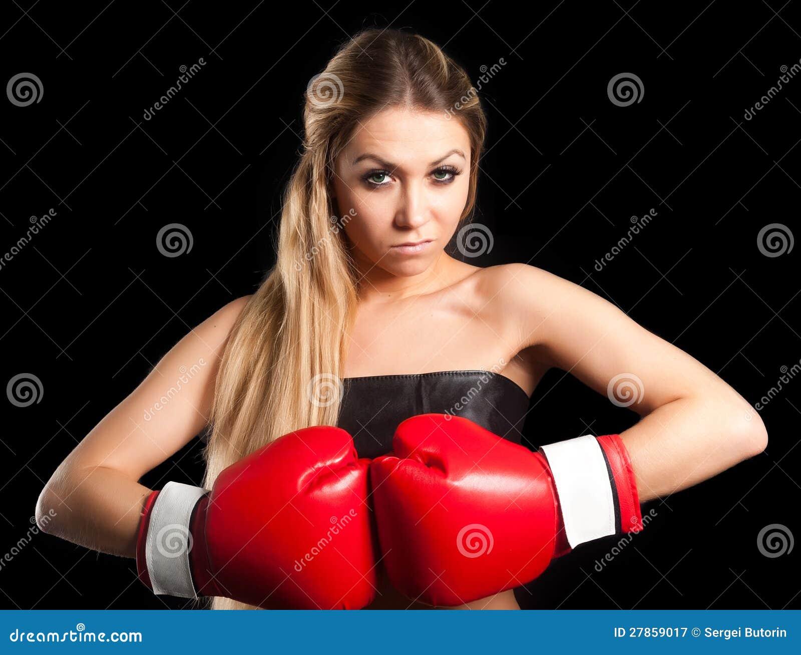 Z bokserskimi rękawiczkami piękna naga dziewczyna