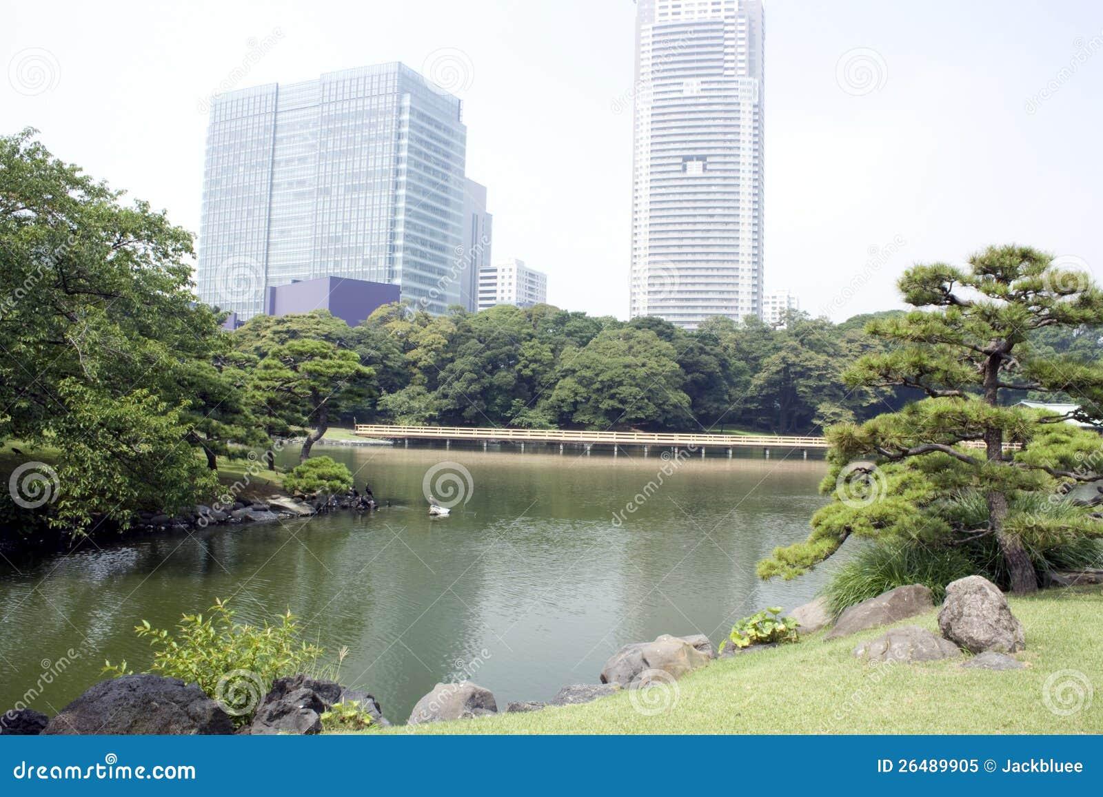 Z budynek biurowy Japończyka tradycyjny ogród