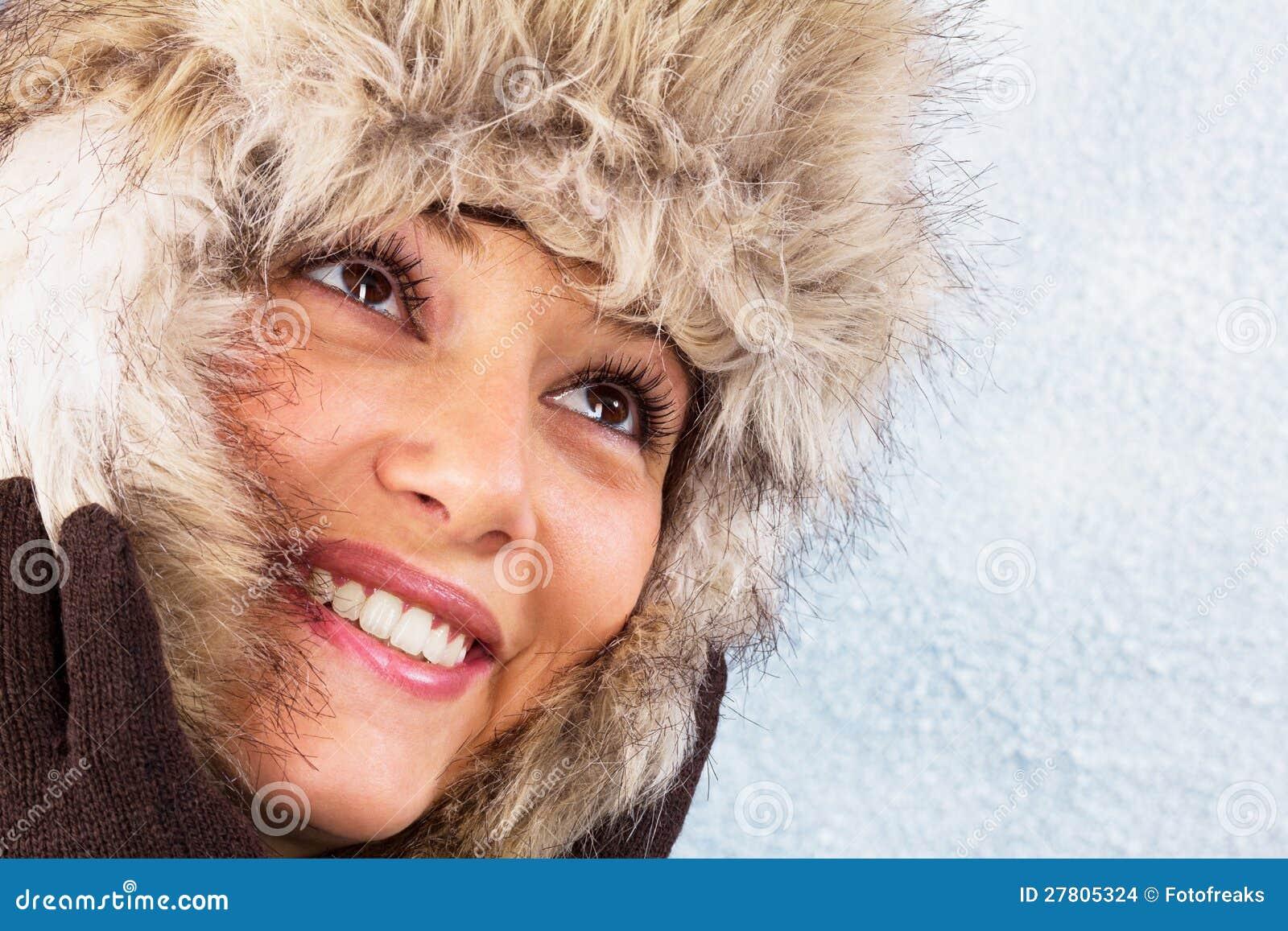 Z futerkowym kapeluszem piękna uśmiechnięta młoda kobieta