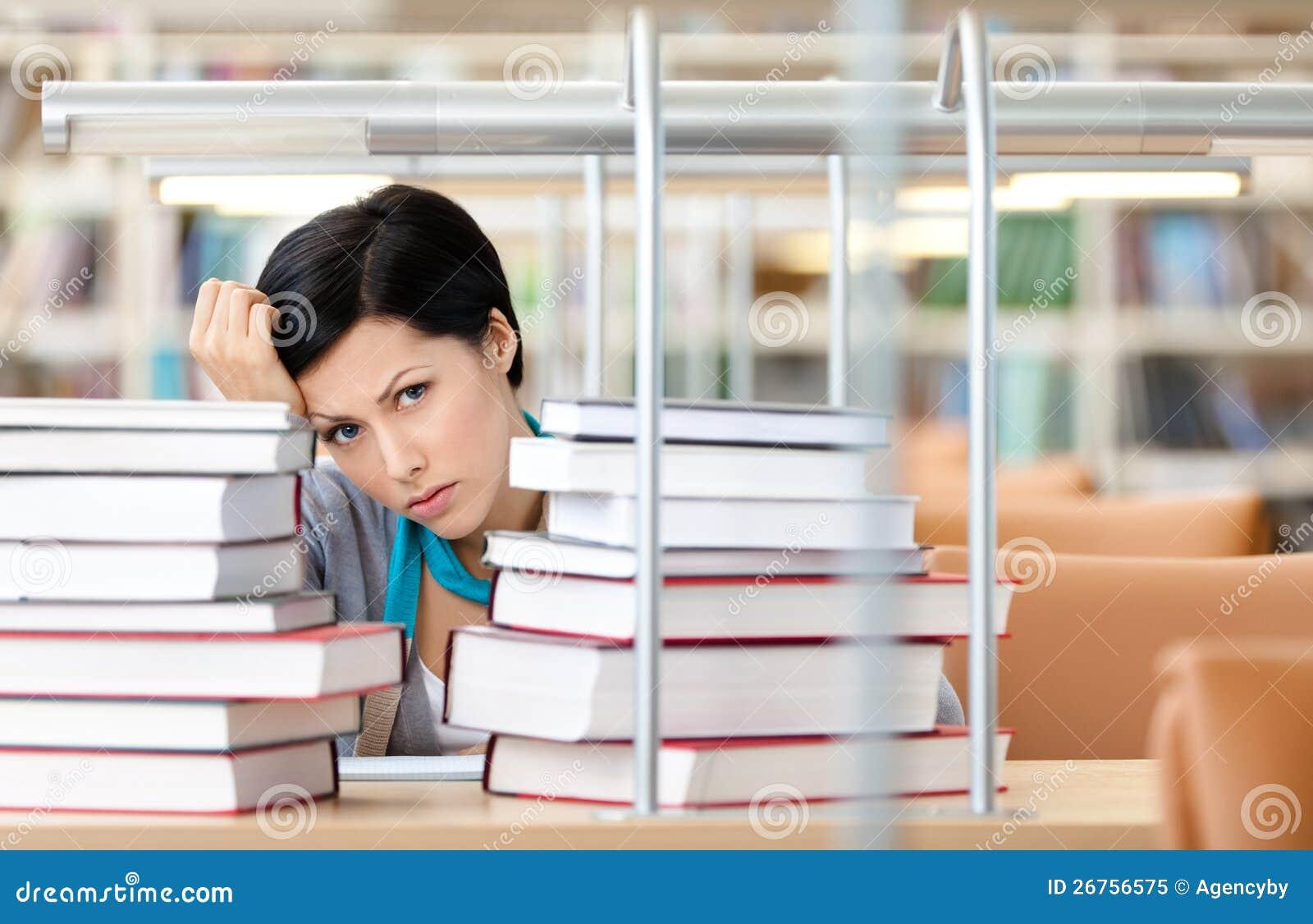 Z książkami smutny żeński uczeń