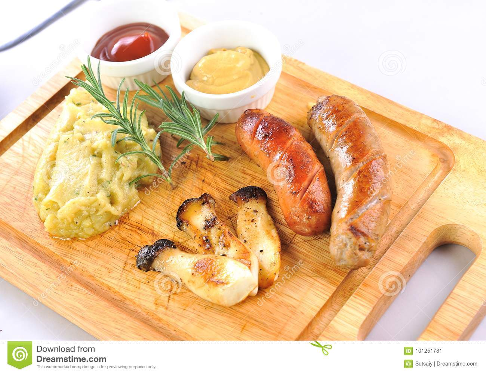Z kumberlandem piec na grillu kiełbasy