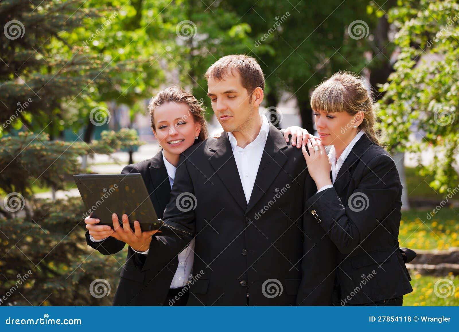 Z laptopem młodzi ludzie biznesu