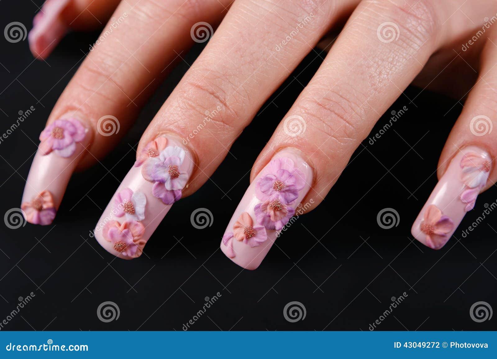 Z manicure em kobiety ręka