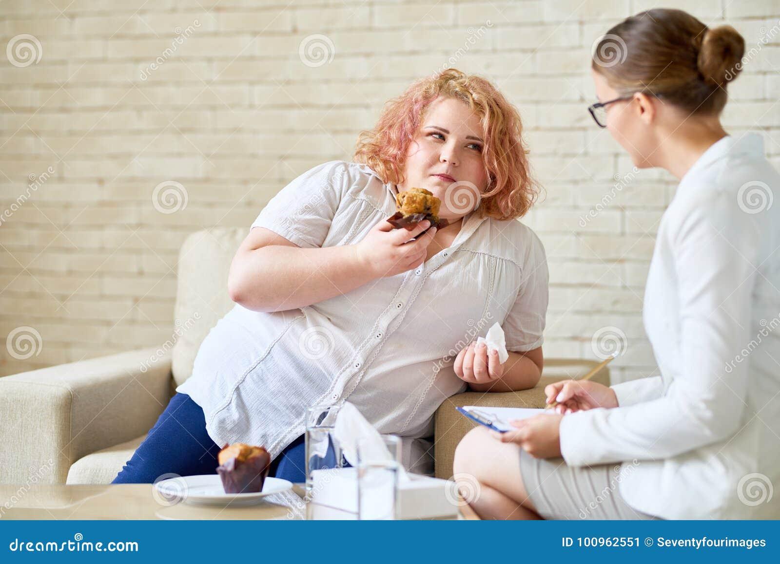 Z nadwagą kobiety cierpienie od zaburzenia odżywania