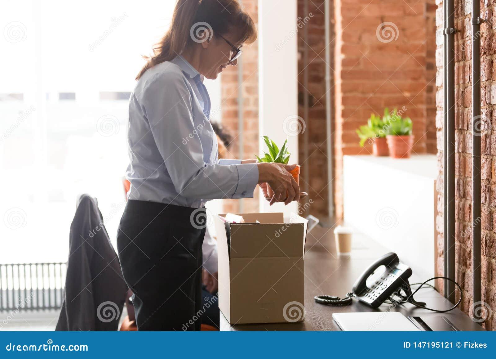 Z podnieceniem żeński przybysz odpakowywa osiedlenie przy nową miejsce pracy