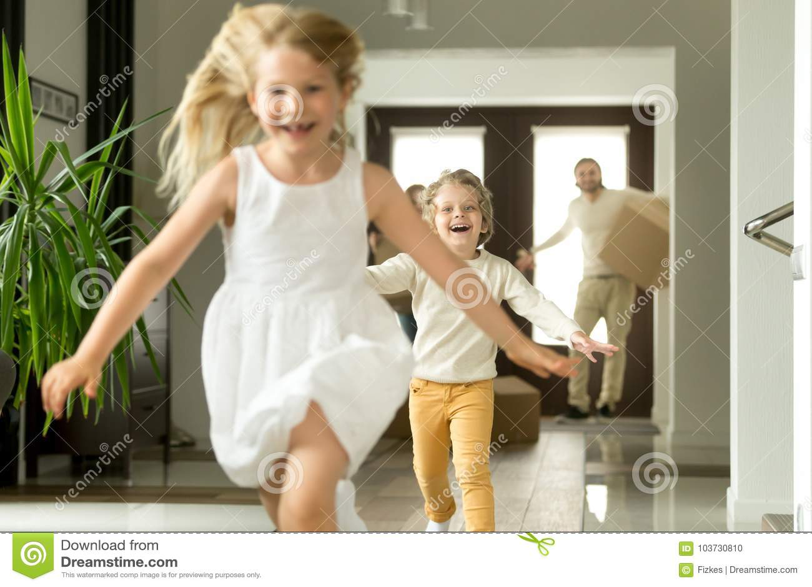 Z podnieceniem dzieci biega na kamerze, rodzinny chodzenie w nowym domu