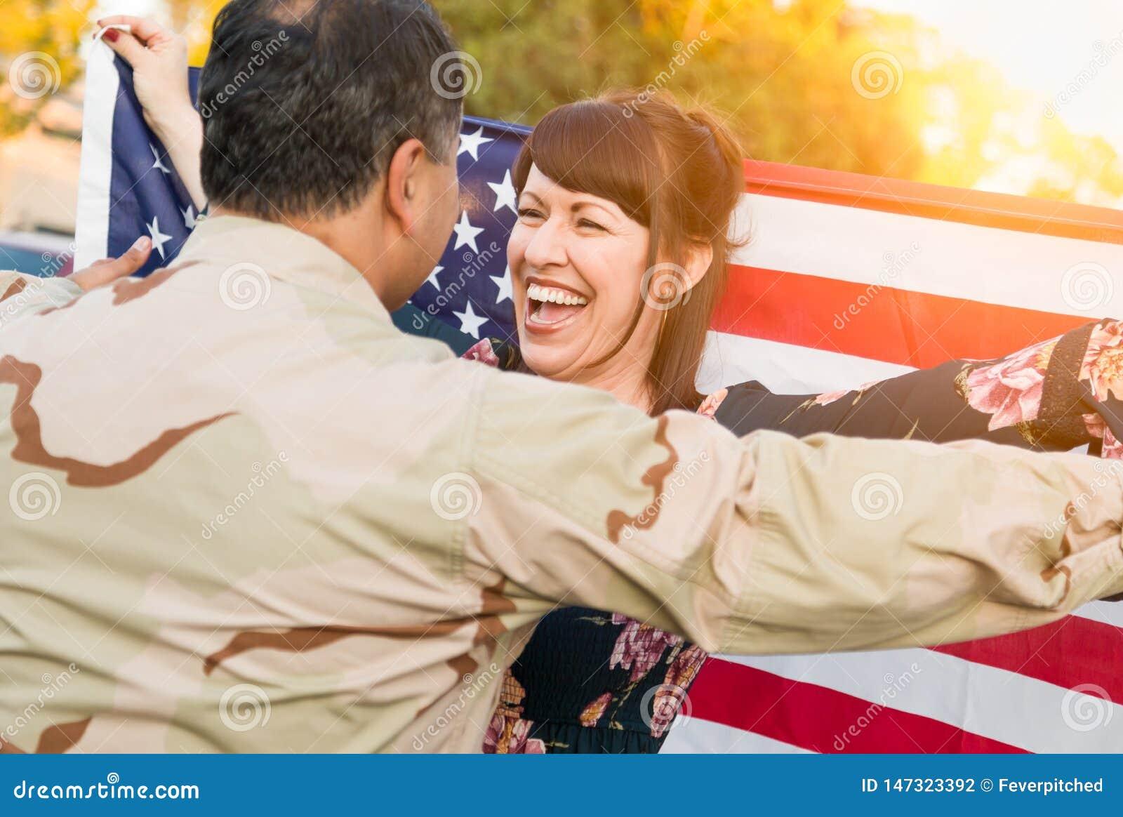 Z podnieceniem kobieta Z flaga ameryka?ska bieg M?ski Militarny ?o?nierza oddawania dom