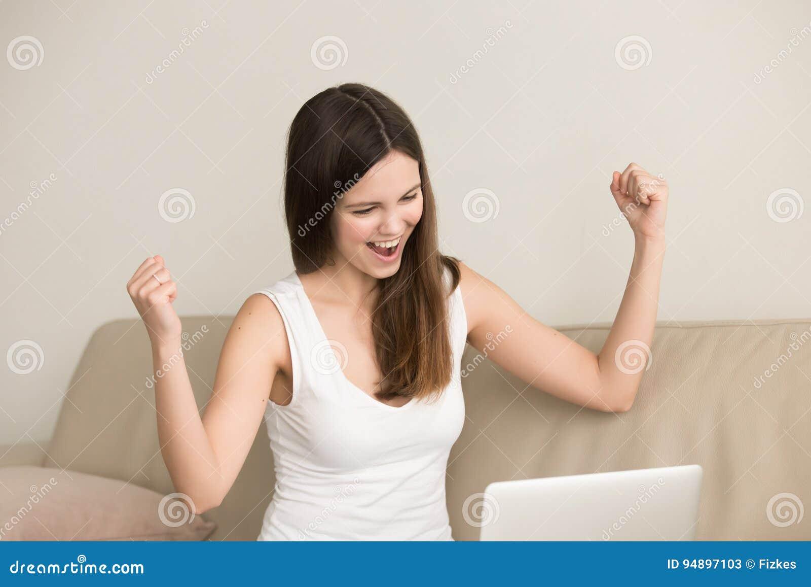 Z podnieceniem kobieta mówi tak podczas gdy patrzejący na laptopie