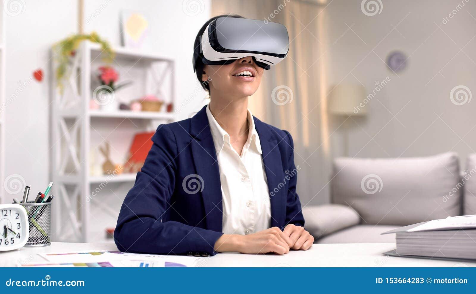 Z podnieceniem korporacyjny pracownik w vr gogle, nowożytna innowacja, online technologia