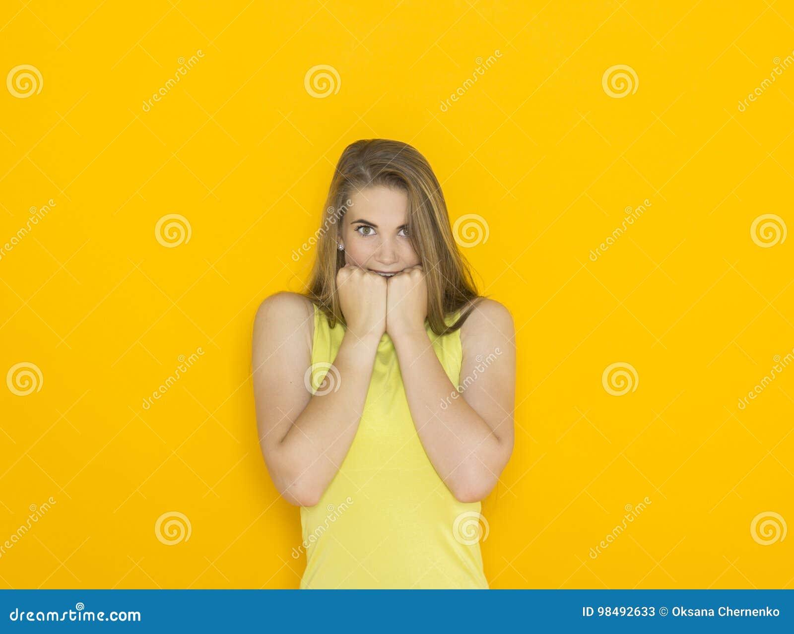 Z podnieceniem młoda atrakcyjna kobieta