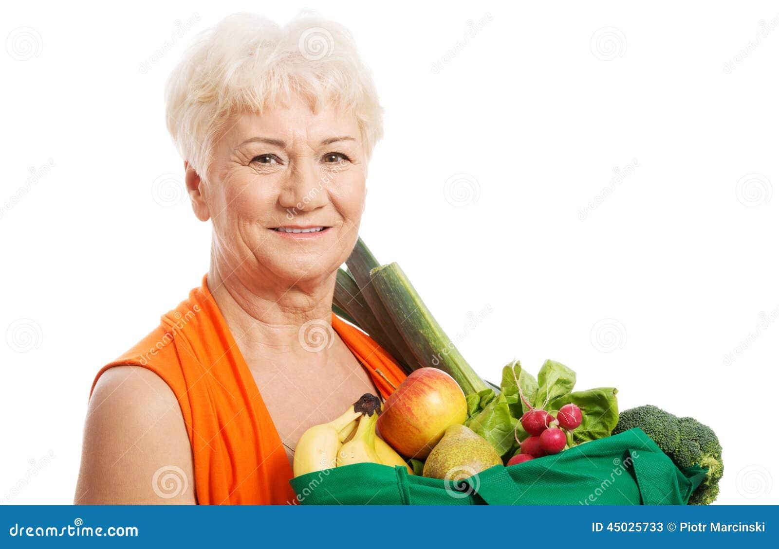 Z torbami starsza kobieta